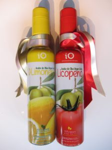 ひと瓶にレモン250個分のレモンオリーブオイル、ひと瓶にトマト10kg分のトマトオリーブオイル(各2376円)