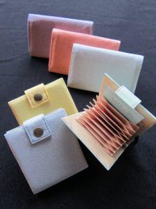 ジャバラ式のカードケース(写真は7560円、2700円の商品もあり)、名刺入れ(4860円)